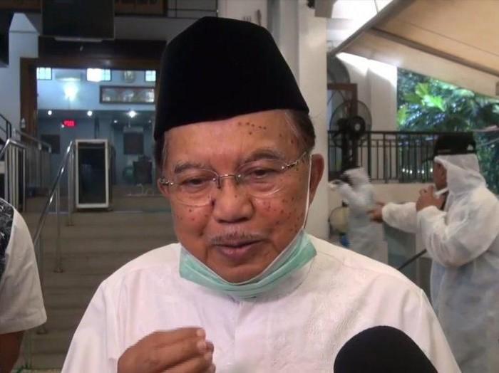 Ketum DMI Jusuf Kalla (JK) memantau penyemprotan disinfektan di Masjid Nurul Hidayah, Jaksel.