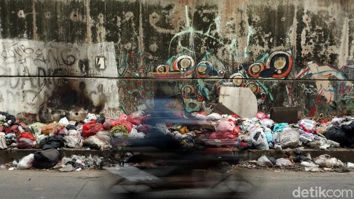 Keterlaluan, warga masih seenaknya membuang sampah sembarangan, di Jalan Raya Cikunir, Kota Bekasi, Minggu (08/03/2020). Sampah tersebut berserakan.