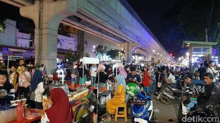 Kondisi memprihatinkan kini terlihat di trotoar Sudirman, Kota Palembang. Trotoar tersebut kini dipenuhi oleh pedagang kaki lima.