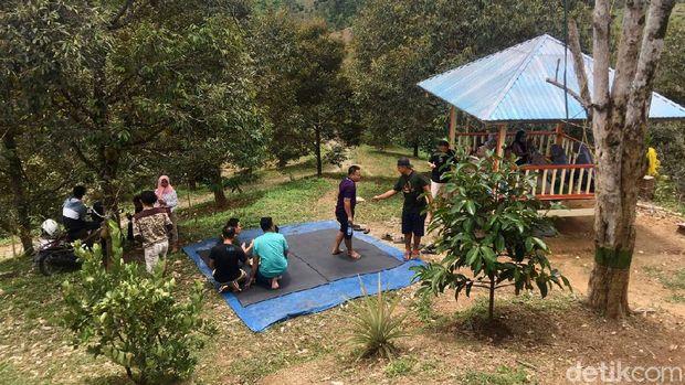 Sensasi Makan Durian Langsung di Kebunnya