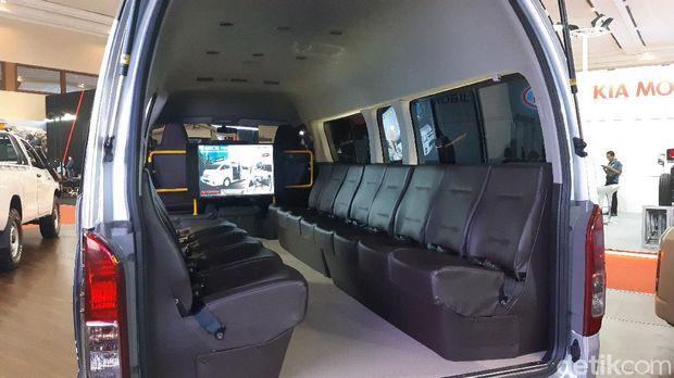 Toyota HiAce dengan jumlah 13 bangku penumpang