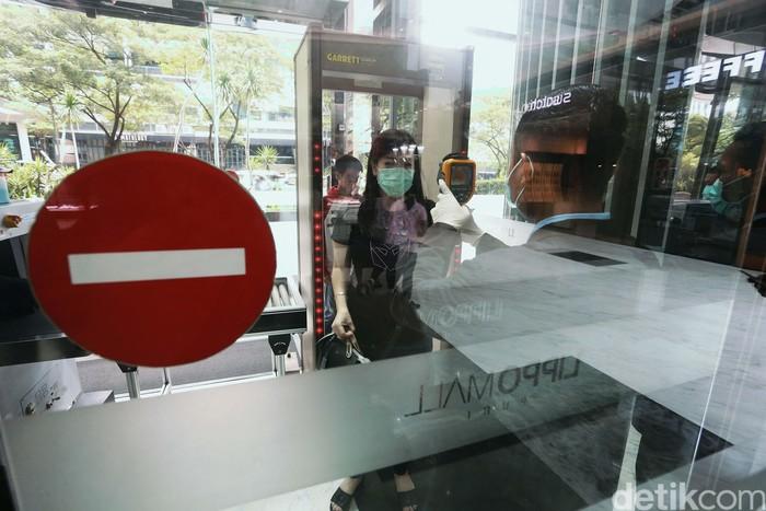 Para pengunjung sebuah mal di Jakarta dicek suhu tubuhnya. Langkah ini untuk mencegah penyebaran virus corona.