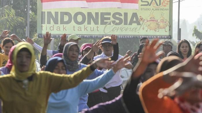 Sejumlah warga mengikuti kegiatan senam di Sukmajaya, Depok, Jawa Barat, Minggu (8/3/2020). Kegiatan tersebut sebagai upaya pemulihan trauma warga perumahan yang salah satu warganya dinyatakan positif Virus Corona dan warga berharap perumahan tersebut tidak dijauhi. ANTARA FOTO/Asprilla Dwi Adha/aww.