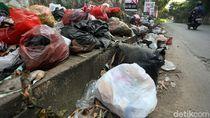 Keterlaluan, Warga Masih Buang Sampah di Jalan Cikunir Bekasi