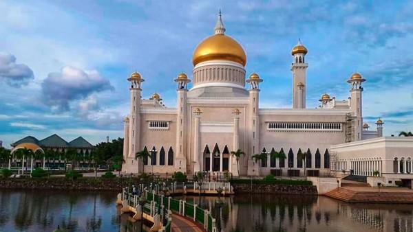 Masjid Putra di Malaysia juga tak kalah cantik. Jika biasanya masjid berwarna putih atau hijau, masjid ini berwarna pink. (Riswihani/dtravelers)