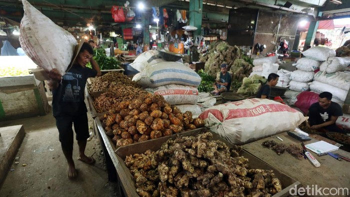Jahe merupakan rempah-rempah yang diburu warga untuk menangkal virus corona. Kepopulerannya membuat harga jahe melambung hingga Rp 70 ribu di Pasar Kramat Jati.