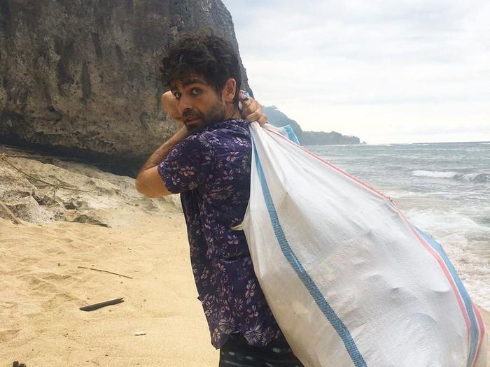 Artis Hollywood bersihkan sampah pantai Bali