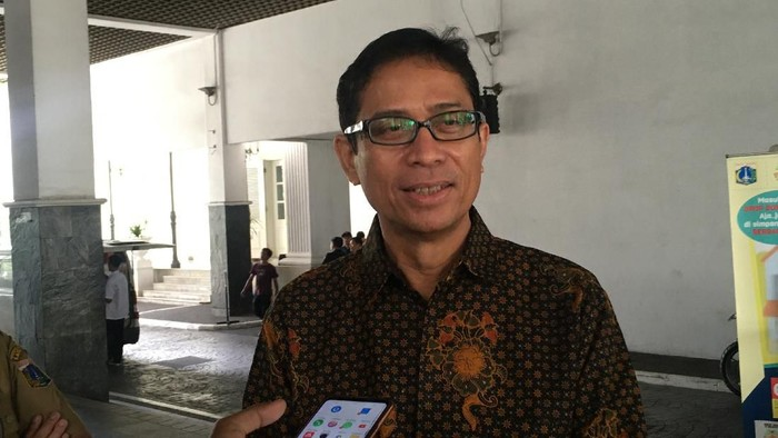 Cawagub DKI Jakarta Nurmansjah Lubis menyerahkan  berkas persyaratan kepada Gubernur DKI Jakarta Anies Baswedan.