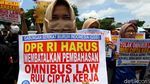 Aksi Tolak Omnibus Law  di Depan DPR
