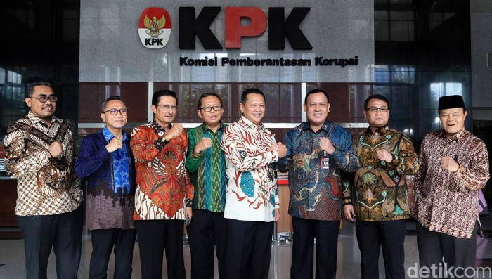 Tujuh pimpinan MPR berkunjung ke KPK hari ini. Kunjungan pimpinan MPR tersebut ingin membahas soal kerja sama pemberantas korupsi.