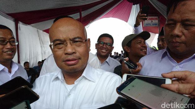 Ketua DPD Gerindra Banten Desmond J Mahesa melantik Ketua DPC Gerindra Cilegon Awab (M Iqbal/detikcom)