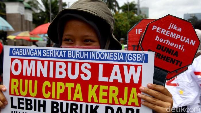 Sekelompok buruh dan mahasiswa melakukan aksi unjuk rasa di depan gedung DPR, Jakarta. Aksi itu digelar untuk menolak omnibus law RUU Cipta Kerja.
