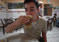 Jelajahi Padang, Bule Ini Cicip Rendang Jengkol, Ayam Pop hingga Kopi Telur