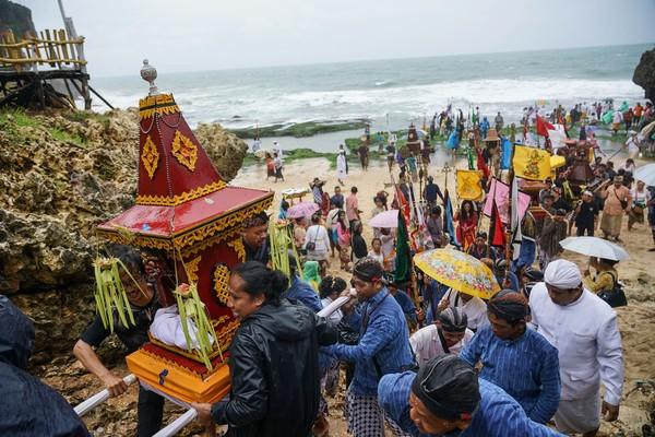 Upacara Melasti yang diikuti ribuan umat Hindu tersebut bertujuan untuk mensucikan diri dalam menyambut perayaan Hari Raya Nyepi tahun baru Saka 1942.