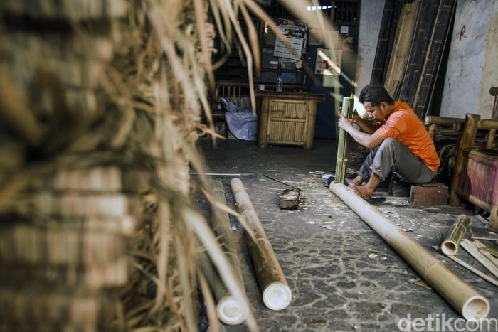 Pedagang bambu di Manggarai masih eksih hingga kini, Ardhi merupakan generasi ke tiga berjualan bambu di kawasan itu, Jakarta.