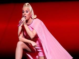Syuting di Rumah, Katy Perry Nyentrik Pakai Kostum Hand Sanitizer