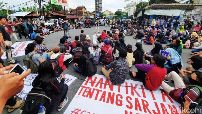 Massa GejayanMemanggilLagi menggelar aksi memprotes RUU Cipta Kerja atau Omnibus Law, Senin (9/3/2020).