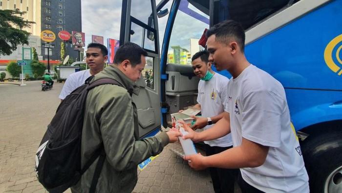 Penumpang bus TransJabodetabek di Bekasi mendapatkan masker gratis dan disediakan hand sanitizer. Kegiatan tersebut dalam rangka pencegahan penyebaran virus covid-19.