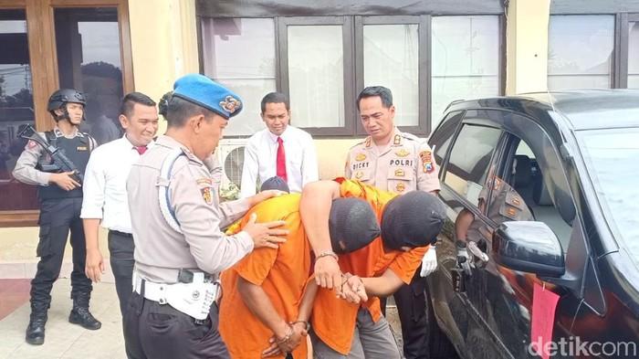 Polisi Ngawi membekuk tiga pembobol minimarket lintas provinsi. Mereka diringkus di Semarang, Jawa Tengah usai menyatroni sepuluh minimarket.