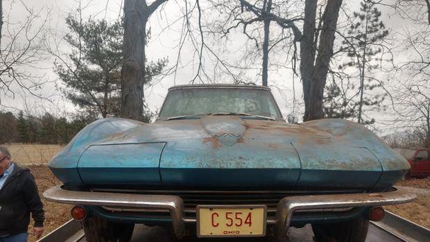 Mobil langka ditemukan tertumpuk sampah