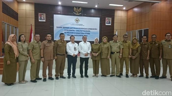 Gubsu Edy Rahmayadi menyerahkan laporan keuangan ke BPK Sumut (Ahmad Arfah/detikcom)