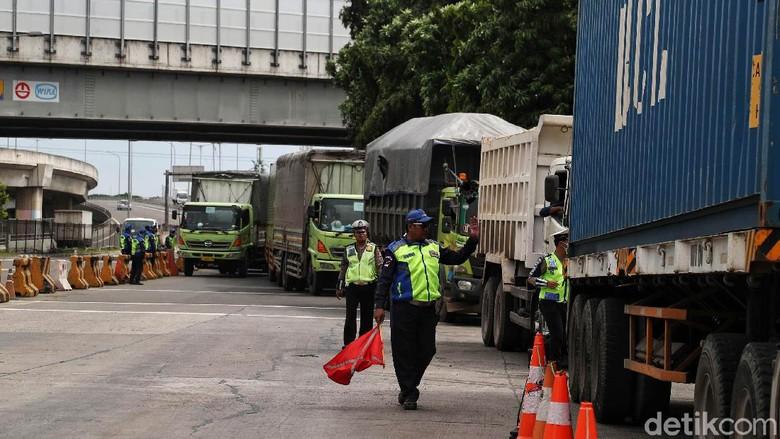 Dalam rangka menciptakan jalan Indonesia bebas truk Over Dimension Over Load (ODOL) Kemenhub melakukan pembatasan jalur yang tegas untuk truk obesitas. Pembatasan truk ODOL diberlakukan mulai hari ini, Senin (9/3/2020) dari tol Tanjung Priok (Jakarta) sampai Bandung.