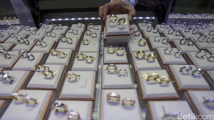 Di tengah ketidakpastian global dan isu virus corona yang melanda dunia, harga emas terus merangkak naik. Harga emas kini berada di level Rp 851.000 per gram.
