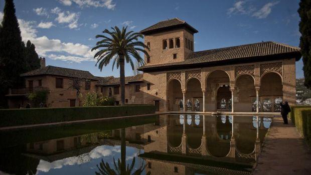 Alhambra di Granada menggaet 2 miliar pelancong setiap tahunnya.