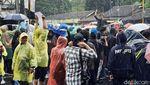 Massa GejayanMemanggilLagi Demo di Bawah Guyuran Hujan