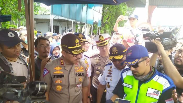Kakorlantas lakukan penindakan truk obesitas di GT Tanjung Priok. (Foto: Luqman/detikcom)
