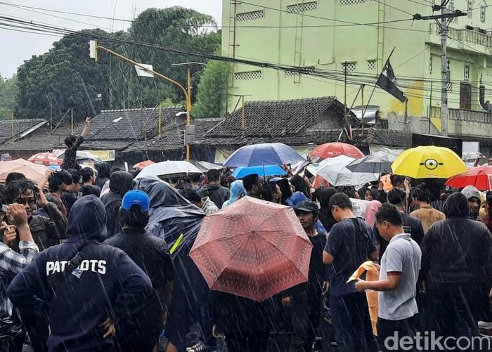 Hujan mengguyur lokasi aksi GejayanMemanggilLagi di Sleman, DIY. Meski begitu, peserta aksi tetap bertahan dan terus meneriakkan tuntutannya terkait penolakan terhadap RUU Cipta Kerja atau Omnibus Law.