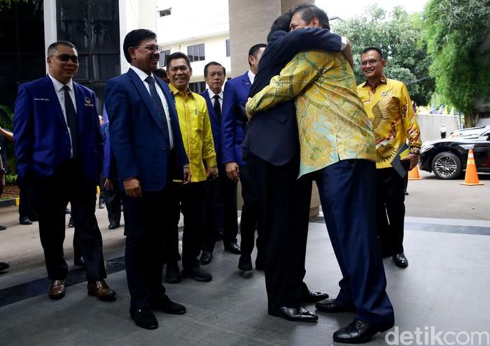 Ketum Partai NasDem Surya Paloh menyambangi kantor DPP Golkar. Kedatangannya disambut langsung oleh Ketum Partai Golkar Airlangga Hartarto.