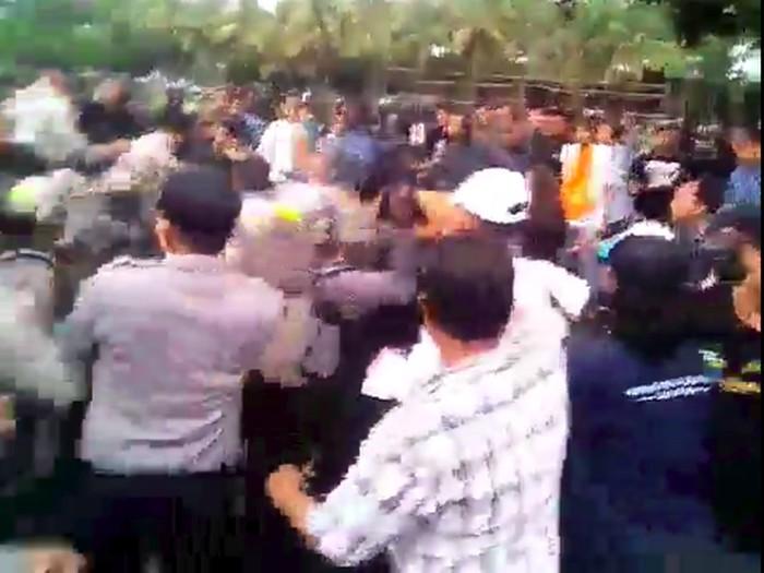 Unjuk rasa ratusan petani bersama Mahasiswa PMII di depan Kantor Pemkab Jember berakhir ricuh. Enam mahasiswa dilarikan ke rumah sakit karena terjadi benturan fisik dengan aparat.