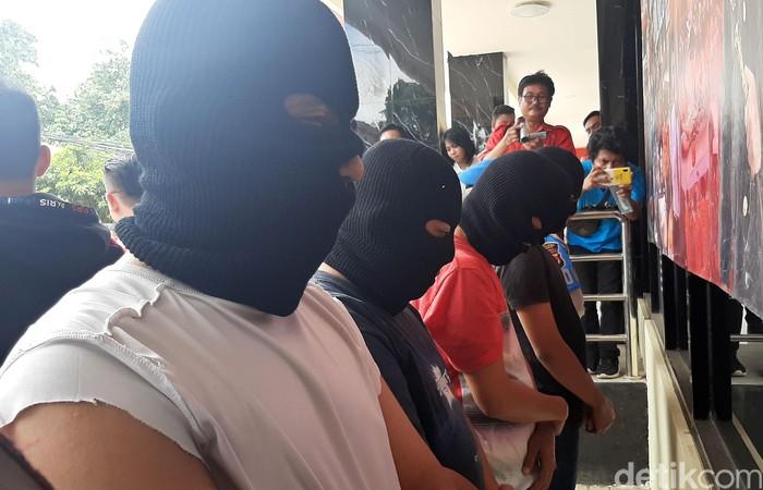 Polisi tangkap komplotan penimbun masker dan pembersih tangan di Kabupaten Bogor. Selain menimbun mereka juga produksi masker yang tak sesuai standar kesehatan.