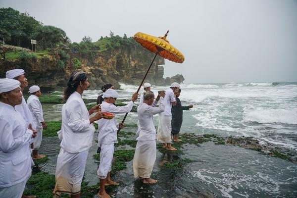 Umat Hindu melakukan prosesi mendak tirta atau mengambil air suci saat upacara Melasti di Pantai Ngobaran, Saptosari, Gunungkidul, DI Yogyakarta, Senin (9/3/2020).