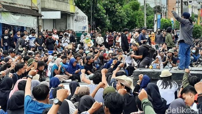 Massa aksi #GejayanMemanggilLagi menduduki kawasan Simpang Tiga Gejayan, DIY. Aksi massa ini menolak RUU Cipta Kerja atau Omnibus Law.