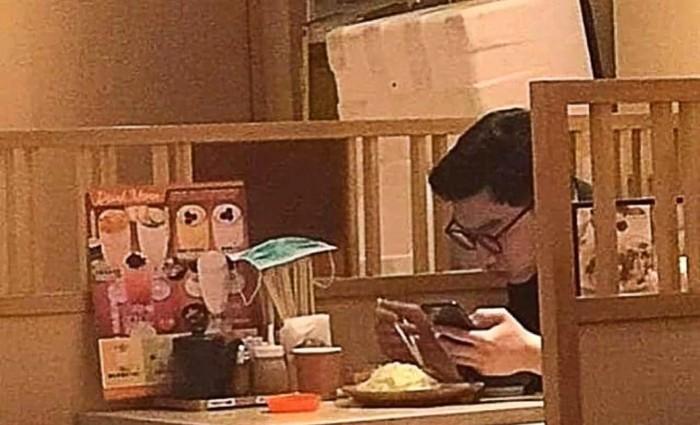masker bekas di restoran