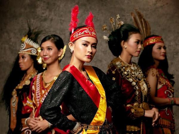 Giliran pakaian yang dikenakan oleh Puteri Indonesia asal Maluku Utara. Monika Kabe terlihat cantik dengan pakaian dengan perpaduan warna hitam merah dan kuning. (officialputeriindonesia/instagram)