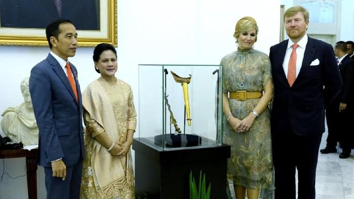 Belanda membawa pulang keris Pangeran Diponegoro. Keris tersebut sempat dipajang di Istana Bogor.