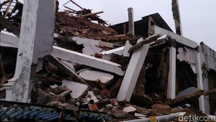 Penampakan rumah yang roboh akibat gempa di Sukabumi
