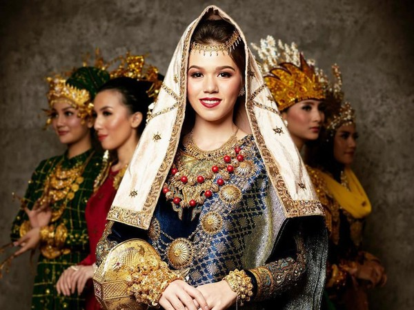 Pakaian Adat indah ini dikenakan Kalista Iskandar, Puteri Indonesia Sumatera Barat 2020. (officialputeriindonesia/instagram)