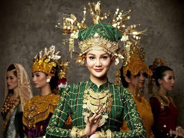 Puteri Indonesia Sumatera Selatan 2020 mengenakan pakaian adat dengan warna serba hijau dan emas, Widya Ayu Pratami. (officialputeriindonesia/instagram)
