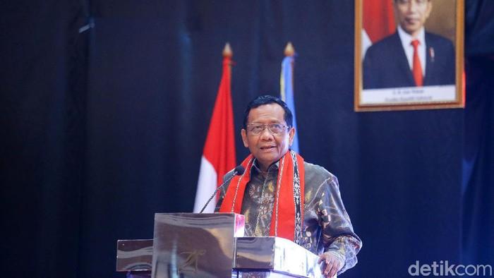 Menko Polhukam Mahfud MD secara resmi membuka Forum Komunikasi dan Koordinasi yang diselenggarakan di Jakarta, Selasa (10/3/2020). Forum Komunikasi dan Koordinasi yang dihadiri oleh para Alumni Penerima Beasiswa Supersemar ini mengangkat tema