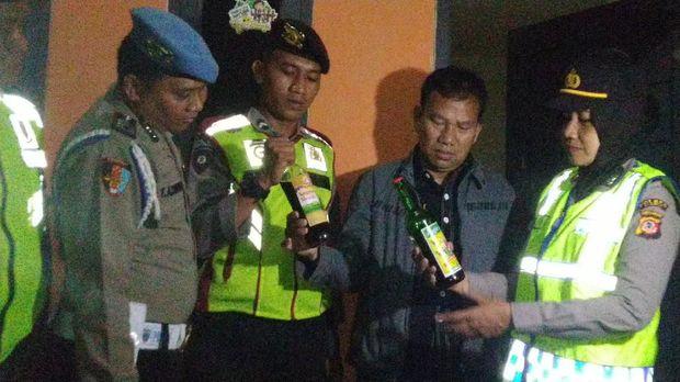 Polisi juga temukan empat botol miras dalam razia pasangan diduga mesum di Ciamis, Jawa Barat