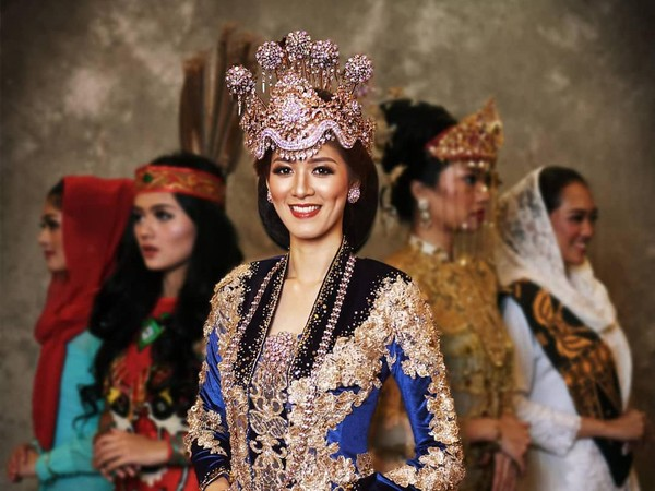 Pakaian adat khas Jawa Barat dikenakan oleh Jeanathasia Kurnia Sari, Puteri Indonesia Jawa Barat 2020. (officialputeriindonesia/instagram)