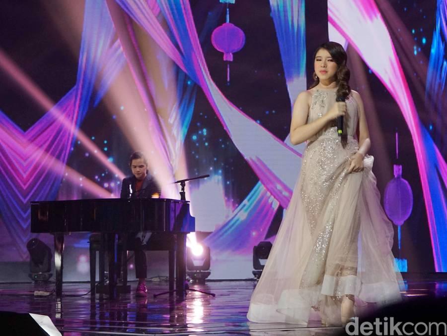 Dul Jaelani dan Tiara Idol saat tampil di kawasan Kebon Jeruk.