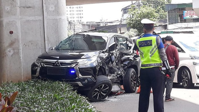 Mobil Pajero ditabrak TransJ di Kebayoran Baru, Jaksel