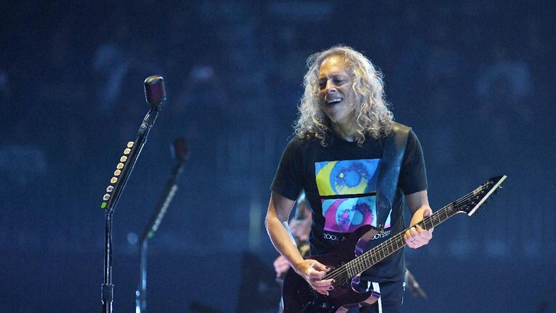 LAS VEGAS, NEVADA - NOVEMBER 26:  Guitarist Kirk Hammett of Metallica performs during a stop of the bands WorldWired Tour at T-Mobile Arena on November 26, 2018 in Las Vegas, Nevada.  (Photo by Ethan Miller/Getty Images)