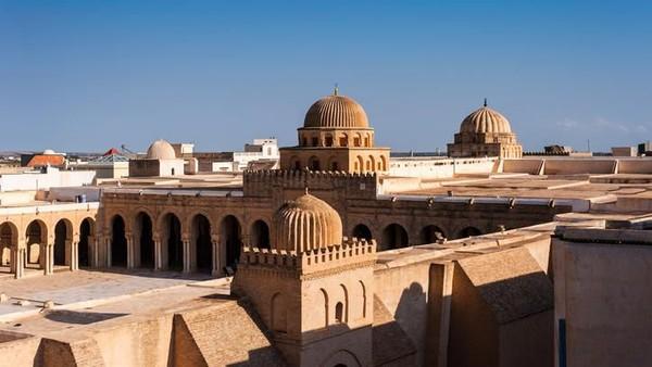 Great Mosque of Kairouan, Tunisia diyakini sebagai masjid terbesar di utara Afrika. Luasnya mencapai 9.000 m2 dengan 400 pilar kuno dan menara setinggi 35 m. (Getty Images/efesenko)