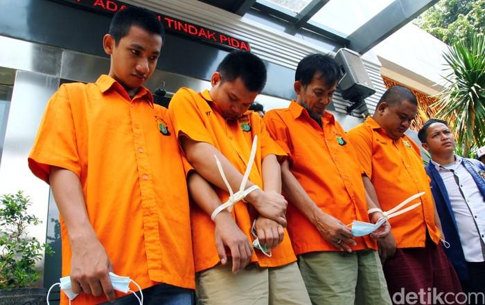 Polda Metro Jaya membongkar sindikat pembobolan rekening lewat kartu ATM di Jakarta. Pelaku menyamar sebagai WNA dan menawarkan bisnis ponsel.